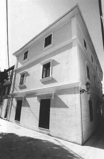 Οικία Κόνδαρη, στην οδό Κόνταρη (τώρα ανακατασκευασμένη στεγάζει τη Φιλαρμονική Λευκάδας). Στην παλαιά οικία στεγάστηκε το Ελληνικό Σχολείο (1919-1922, 1923-1929). Φωτογραφία Δ. Βλάχου (2002).