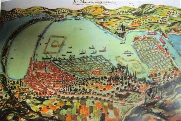 To Φρούριο, η λιμνοθάλασσα, η πόλη της Αγίας Μαύρας, η πεδιάδα της Αμαξικής, οι αλυκές και ο δίαυλος κατά τα τέλη του 18ου αι.4