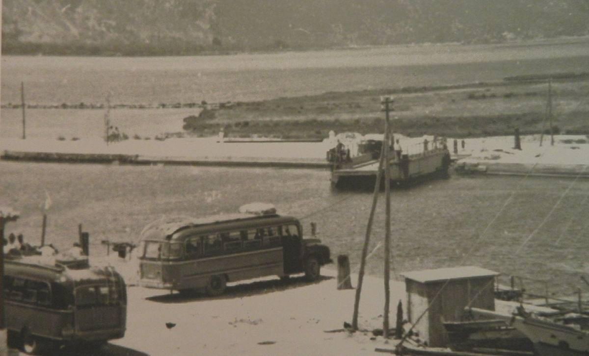 Περιμένοντας το Πέραμα, 1958, φωτογραφία βιβλιοπωλείο Τσιρίμπαση
