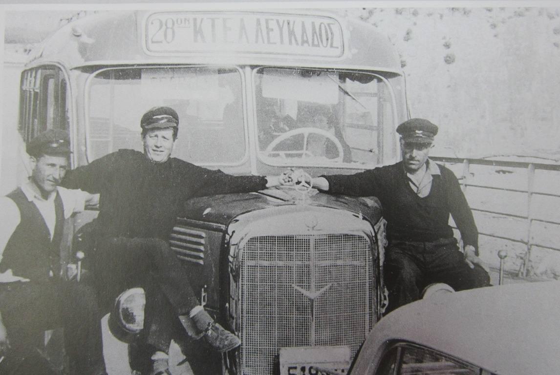 Μέσα στο Πέραμα. Εικονίζονται: Αιμίλιος Κολυβάς, Γιώργος Βλάχος (Μπαρμπούτας) και Χρήστος Φούκας ( Λεύκωμα Δήμου Λευκάδας «Όταν υπήρχε το χαμόγελο»