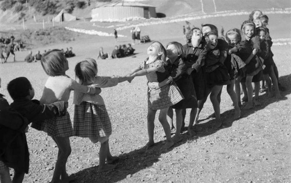 Βούλα Παπαϊωάννου, Παιχνίδια σε κατασκήνωση. 1946. Φωτογραφικά Αρχεία του Μουσείου Μπενάκη