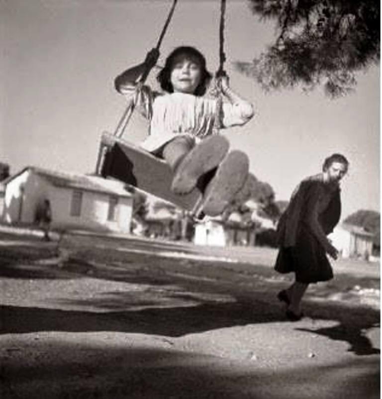 Βούλα Παπαϊωάννου, Κορίτσι σε παιδόπολη. 1949. Φωτογραφικά Αρχεία του Μουσείου Μπενάκη.