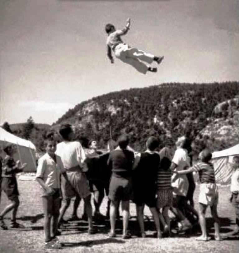 Βούλα Παπαϊωάννου, Παιχνίδι σε κατασκήνωση. 1945-1946. Φωτογραφικά Αρχεία του Μουσείου Μπενάκη.