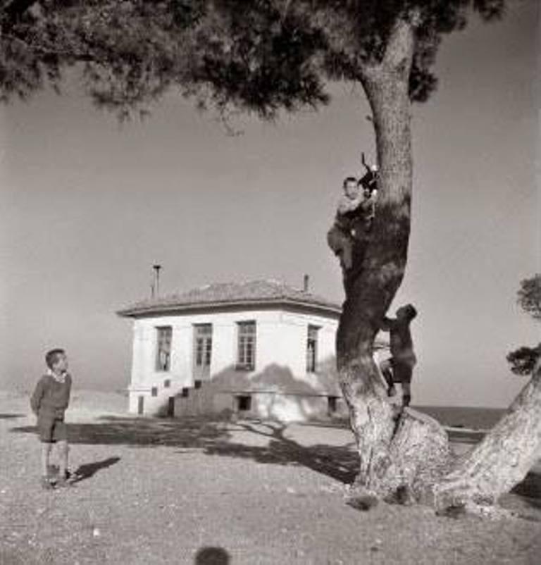 Βούλα Παπαϊωάννου, Αγόρια σε παιδόπολη. 1948. Φωτογραφικά Αρχεία του Μουσείου Μπενάκη.