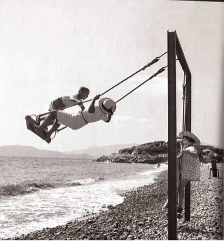 Βούλα Παπαϊωάννου, Κούνια στη θάλασσα. 1935-1950. Φωτογραφικά Αρχεία του Μουσείου Μπενάκη.