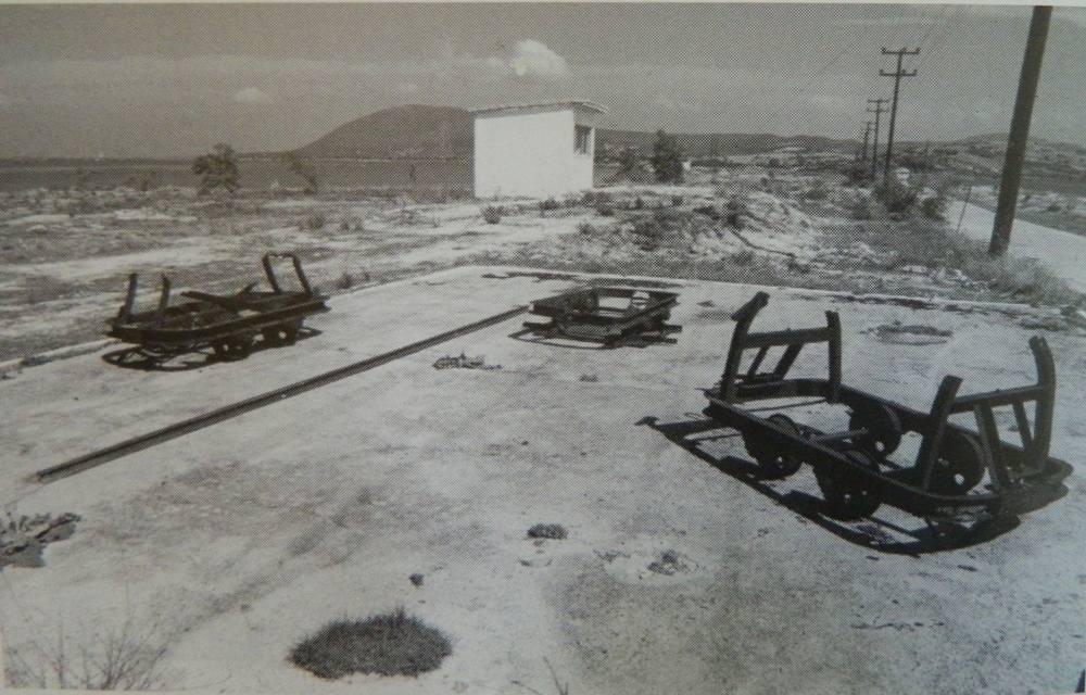 Αλυκές Αλεξάνδρου Λευκάδας. Βάσεις βαγονέτων και τροχαίο υλικό στο ΝΑ μέρος των αλυκών 1999. ( Φωτογραφικό αρχείο Δ .Βλάχου)