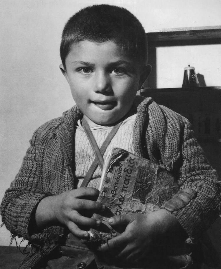 Harisiadis παιδί με αλφαβητάριον