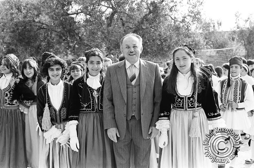 Ο δάσκαλος Ηλίας Κούρτης με τους μαθητές του ντυμένους τσολιάδες και Αμαλίες