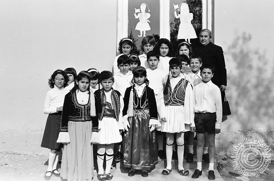 Η δασκάλα Δήμητρα Γεωργάκη - Κακαβούλη στην είσοδο του σχολείου μαζί με μικρούς μαθητές