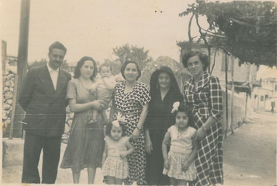 Η Νίτσα Παπαδάκη με τα κοριτσάκια της Άννα και Σούλα Σταύρακα και το ζεύγος Περδικάρη με το νεογέννητό τους