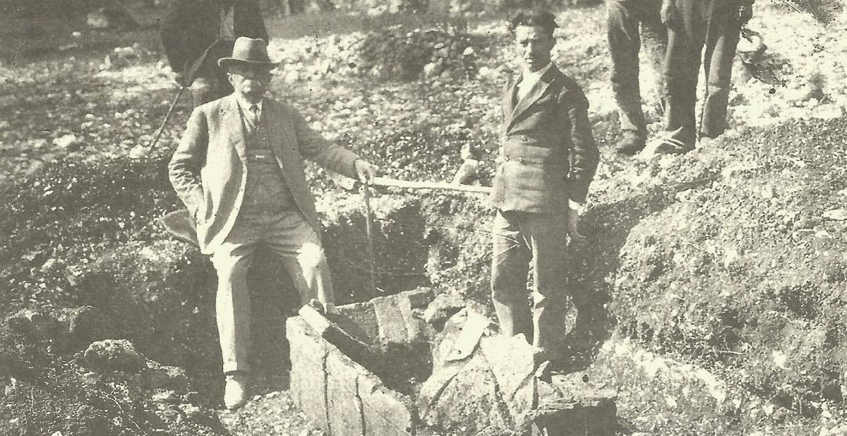 Ο Γ. Νταίρπφελντ (αριστερά) και ο φύλακας Ν. Στεργιώτης (δεξιά)