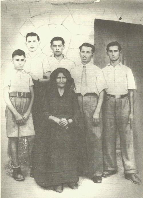 Οικογενειακή αναμνηστική φωτογραφία της οικογένειας Στεργιώτη (1942). Από αριστερά: ο Τέλης, ο Τηλέμαχος, ο Κώστας, ο πατέρας Νίκος, ο Δημήτριος (Μήτσος). Καθισμένη η μάνα Θεοδώρα Βερυκίου.