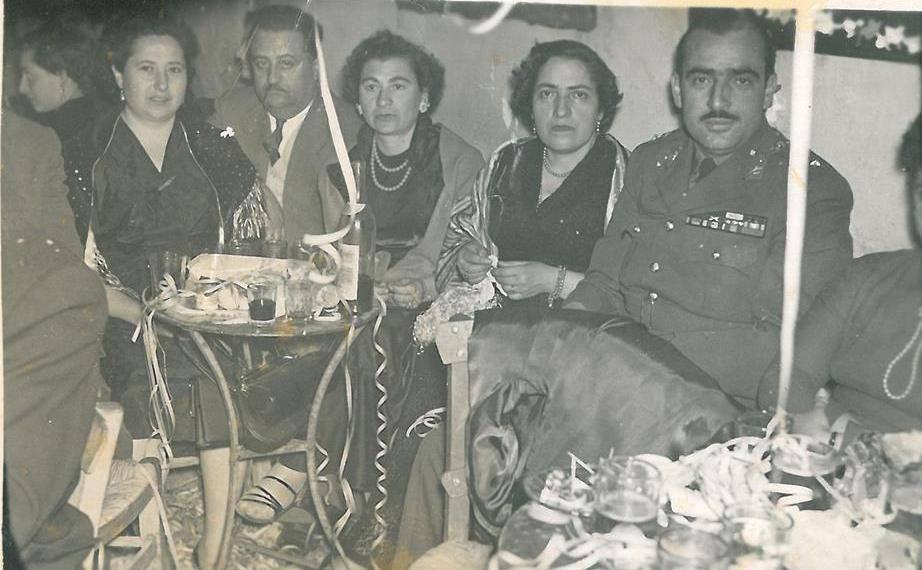 Κωστής, αδελφός της Νίτσας Παπαδάκη, αξιωματικός, η Νίτσα Παπαδάκη, Ζωή Σταματέλου, Κατερίνα και ο Γιάννης Περδικάρης.