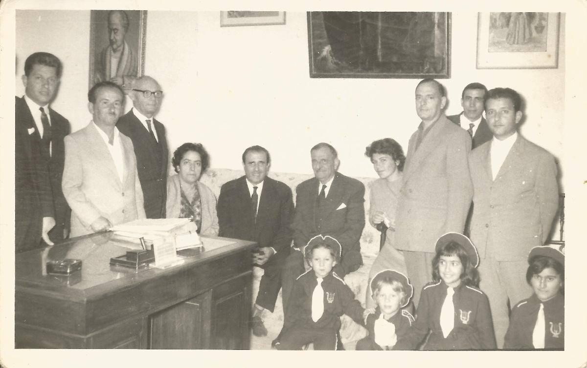 Εικονίζονται από αριστερά: Βούλης Βρεττός, Θανάσης Βελέντζας, Διονύσιος Κονιδάρης, Νίτσα Παπαδάκη, Γιώργος Θέμελης (τυφλός πιανίστας), ο τότε Δήμαρχος Λευκαδίων, Γιαννουλάτος, Ελπίδα Αργύρη- Σάντα, Αντώνης Καλυβιώτης, Βραδής (καθηγητής Βιολιού). Μαθήτριες: Μαργαρίτα και Όλγα Σάντα, Βάντα Πολίτη, Λουκία Γουρζή.