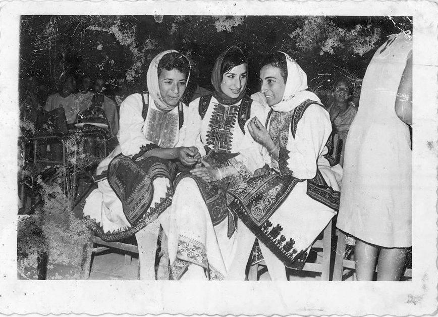 1964 μπροστά από το σημερινό ξενοδοχείο «Λευκάς» ή στο μποσκέτο; Εικονίζονται από αριστερά: Σοφία Κοψιδά, Κατερίνα Παπαδοπούλου, Άννα Καράμπαλη