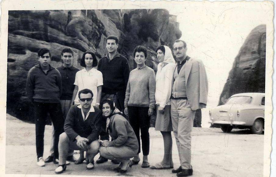Καθήμενοι: Μάντζαρης Αριστείδης με τη γυναίκα του. Όρθιοι από αριστερά: Γιώργος Σταύρακας, … Ευανθία…, Γιώργος Σκληρός, Σοφία Κοψιδά, Παναγιώτα Παρίση, Φώντας Αθανίτης.