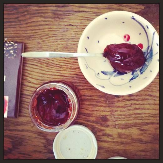Η κουζίνα της: Η συλλογή με τα λικέρ, το ράφι με τα μπαχαρικά απέναντι από τη μικροσκοπική κουζίνα και τζέλο από κούμαρα.