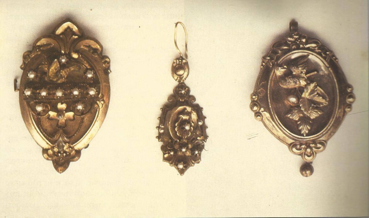 Δεξιά και αριστερά σπίλες χρυσές