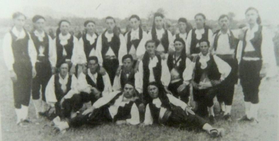 Λευκαδίτες με την παραδοσιακή φορεσιά του νησιού, 1938