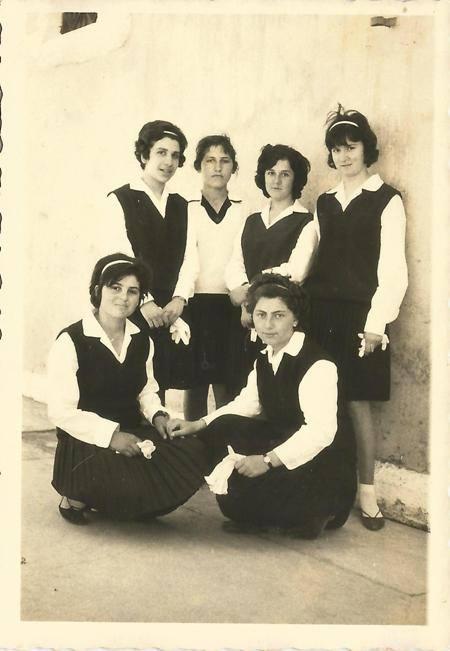 25 Μαρτίου 1964 μετά την παρέλαση τα κορίτσια φωτογραφίζονται στην εκκλησία των Αγίων Αναργύρων. Η χαρακτηριστική στολή της παρέλασης ηταν: φούστα πλισέ σε μπλε χρώμα, καζάκα στο ίδιο χρώμα και άσπρο πουκάμισο. Εικονίζονται: Αμαλία Κατωπόδη, Γεωργία Χαραμόγλη, Αρετή Βούλγαρη, Κων/να Κατωπόδη , Ελένη Κατωπόδη.