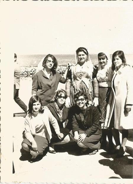 25 Μαρτίου 1967. Για πρώτη χρονιά τα κορίτσια του πρακτικού δεν παίρνουν μέρος στην παρέλαση! Φωτογραφίζονται όμως στην παραλία φορώντας τα καλά τους. Εικονίζονται: Ντίνα Φατούρου, Παρασκευή Ροντογιάννη, Ζωή Κατωπόδη, Μαρία Καββαδά, Βούλα Σβορώνου, Ελένη Ματαράγκα.