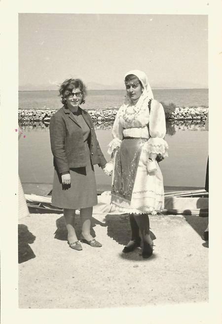 25 Μαρτίου 1967. Εικονίζονται αριστερά, Ελένη Ματαράγκα και δεξιά «ντυμένη» Κων/να Φατούρου, έφυγε νέα (αφιερωμένη στη μνήμη της).