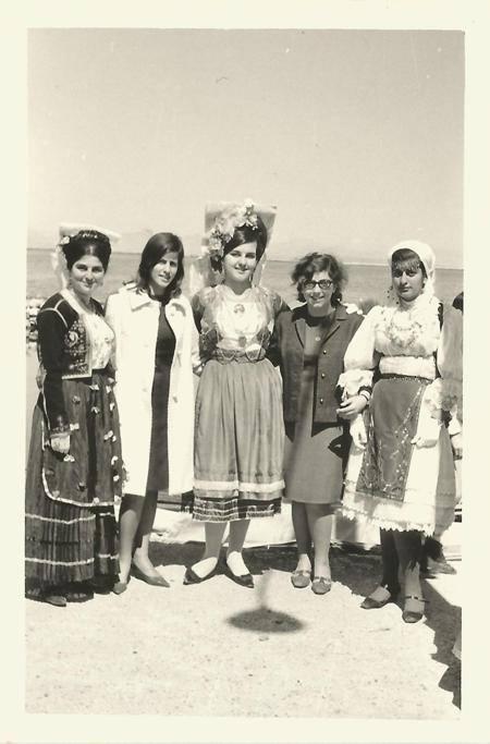 25 Μαρτίου 1967. Εικονίζονται με Κερκυραϊκή φορεσιά Κων/να Φατούρου, Αμαλία Κατωπόδη, Ζωή Κατωπόδη, Ελένη Ματαράγκα και η Καίτη (μεταγενέστερα σύζυγος του αείμνηστου ναυάρχου Θωμά Κατωπόδη)