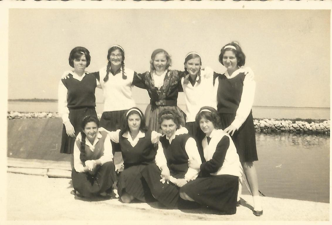 25 Μαρτίου 1964. Στην παραλία της Λευκάδας μετά την παρέλαση η Γ΄τάξη του Γυμνασίου Θηλέων. Εικονίζονται: Ντυμένη Χριστίνα Περδικάρη, Βασιλική Φίλιππα, Γιοβάνα Φραγκούλη, Γεωργία Φίλιππα, Αλεξάνδρα Σολδάτου, Βούλα Σβορώνου, Λουίζα Περδικάρη, Ελένη Ματαράγκα.