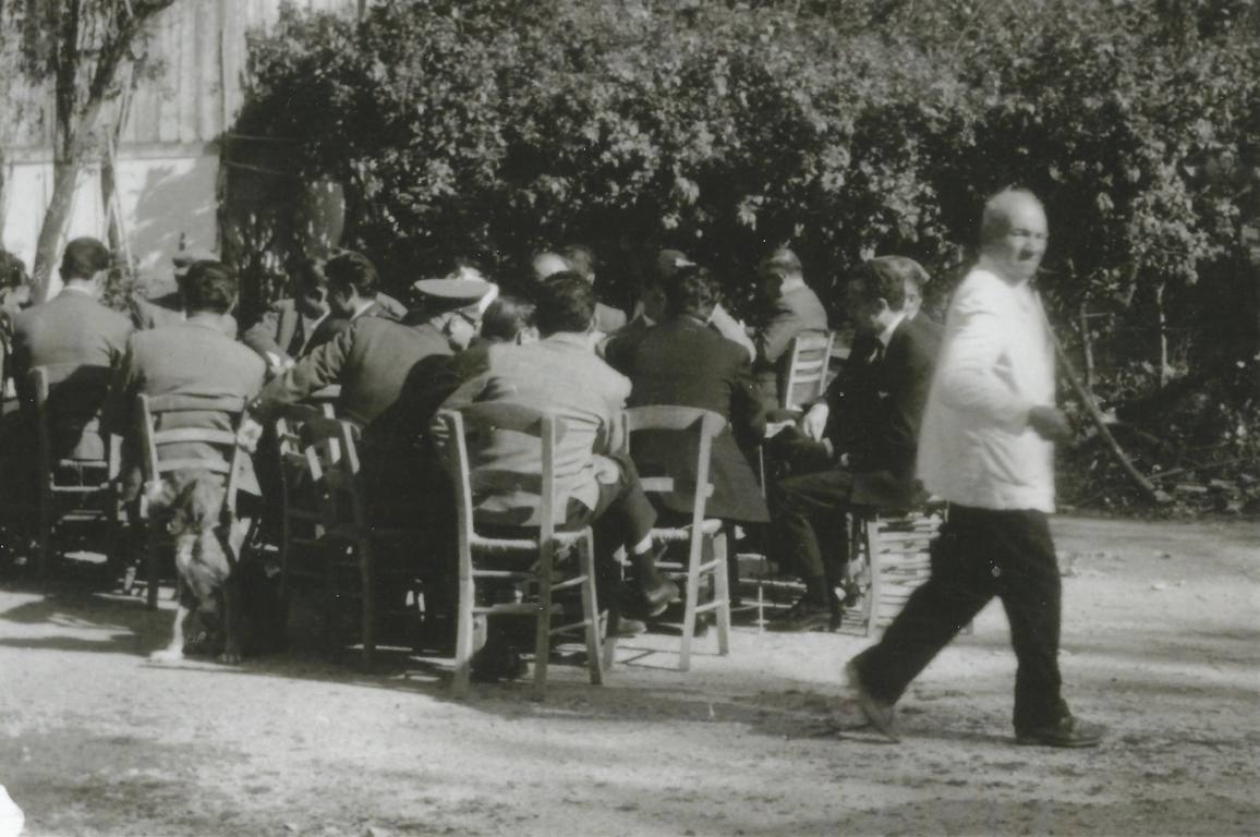 Ο πατέρας μου Κώστας Παρίσης σερβίρει την πρωτομαγιά του 1962