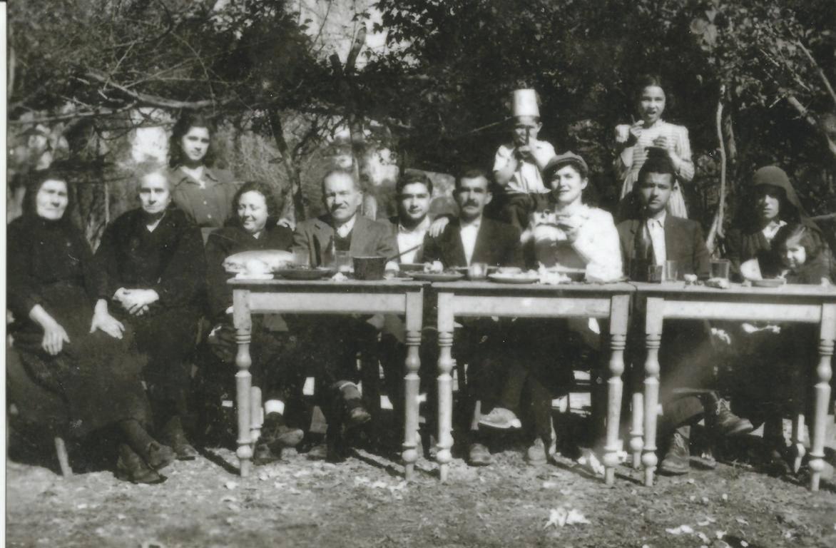 1949. Εικονίζονται από αριστερά: Η μητέρα μου Μηλιά με κρατά αγκαλιά, Λάκης Ροντογιάννης (οικογενειακός φίλος), η θεία Ολυμπία, ο σύζυγος της Τάκης Παρίσης, ο γιος τους Νίκος, ο πατέρας μου Κώστας Παρίσης, η θεία Δωροθέα, η ξαδέλφη μου Ευσταθια (όρθια), η θεία Αθανασία και η γιαγιά μου Γεωργούλα. Όρθια δυο ξαδέλφια μου.