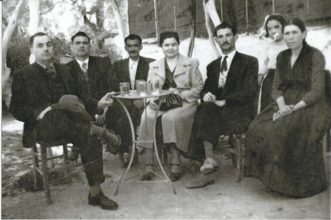 1951 Εικονίζονται από αριστερά: Η μητέρα μου Μηλιά, πίσω της εγώ, ένα άγνωστο ζευγάρι, ο θειος μου Τάκης Παρίσης, ο Παναγής Βουκελάτος και ο μπάρμπα Ρίκος.(Υπαίθριος τσαγκάρης στην Κάτω Βρύση, ένας υπέροχος άνθρωπος).