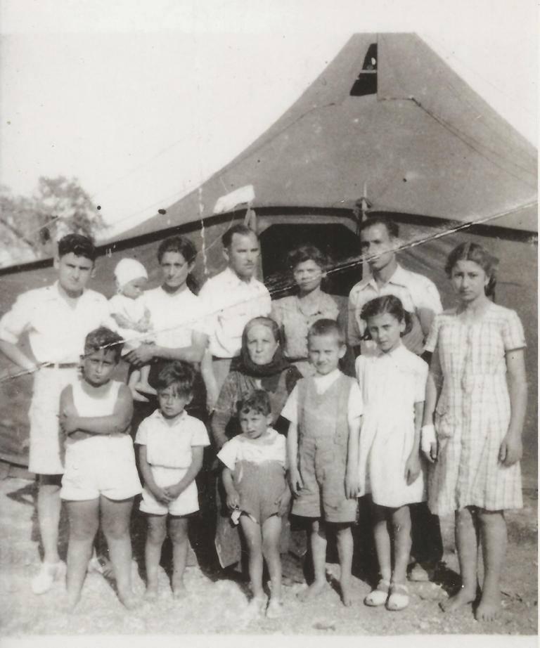 Η φωτογραφία από τους σεισμούς του 1948 στη Λευκάδα είναι από το οικογενειακό αρχείο του Νίκου Σταύρακα. Η σκηνή είναι στημένη στην περιοχή μεταξύ του γηπέδου του αμπαλί και της περιοχής που είναι το Μητροπολιτικό κέντρο σήμερα. Εικονίζονται τα αδέρφια Νίκος και Σπύρος Σταύρακας και η οικογένεια Σταγιάνου.