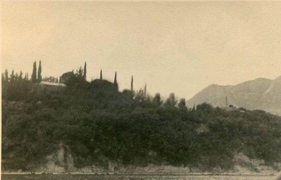 Το σπίτι που έμενε ο μεγάλος αρχαιολόγος. Υπήρχε και κατοικούνταν μέχρι τη δεκαετία του '70 όπου και καταστράφηκε ολοσχερώς από πυρκαγιά.
