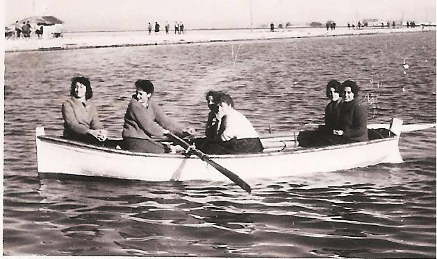 Στη πλώρη η αδελφή μου,η Τιτίκα,καί πίσω οι συμμαθήτριες της. Διακρίνεται η ξαδέλφη μας,η Νανά Βρακατσέλη, με τη γλυκιά φωνή της...και το κουπί μου στο ρυθμό των τραγουδιών μας!! Ήταν 28 Οκτωβρίου του1957.
