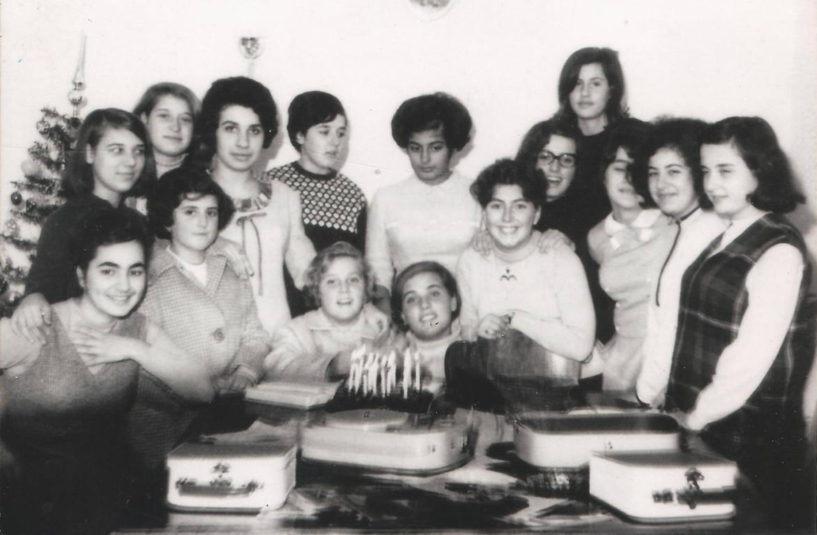 Πάρτι γενεθλίων (Δεκέμβριος 1966) στο σπίτι της Ελ. Ματαράγκα και με τις τρεις αδελφές Βουτσινά, την Καλλιόπη (τη μικρή Αντιγόνη του Μαρωνίτη), και την Ελενίτσα.