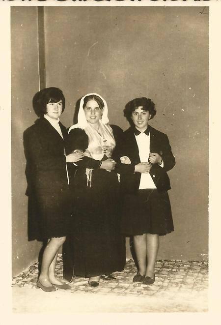 Μετά την παρέλαση 25ης Μαρτίου 1966. Γιωργία Χαραμόγλη, Βαγγελία Βουτσινά, ντυμένη με τοπική ενδυμασία, και Ελένη Ματαράγκα.