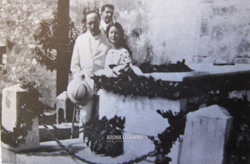 Προσκύνημα στον τάφο του ποιητή Αριστοτέλη Βαλαωρίτη. Η Έυα με τον Άγγελο Σικελιανό και πίσω ο Λευκαδίτης δημοσιογράφος Διονύσης Δεβάρης