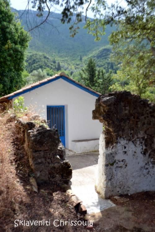 Μικρό εκκλησάκι ψηλά στο χωριό.