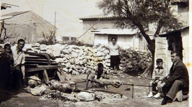 Ψήνοντας τον πασχαλινό οβελία στου Πουλιού, Πάσχα 1961.