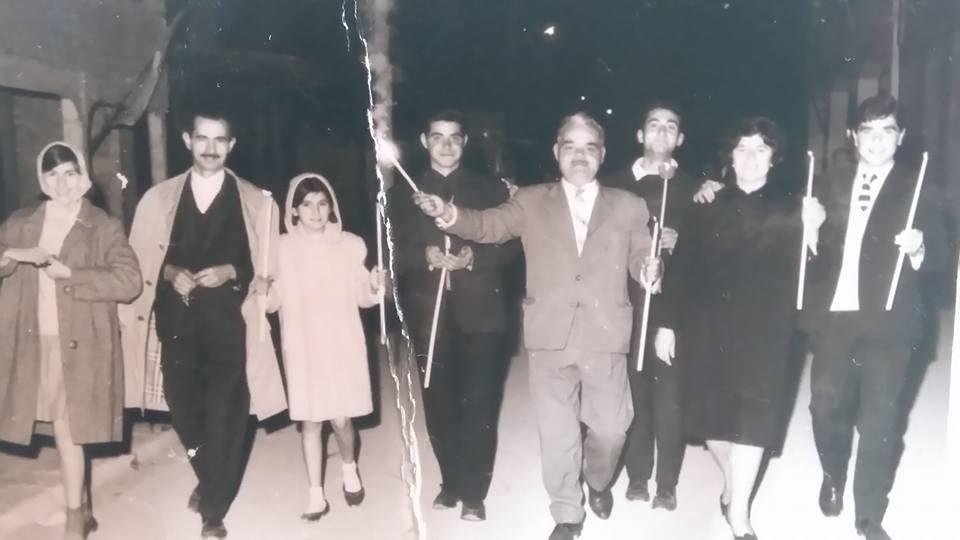 Στην Ανάσταση: εικονίζονται από αριστερά: οι μικρές Βασιλική και Κατερίνα με τον πατέρα τους Σπύρο Ζακυνθινό, Γιάννης Κατωπόδης, Ζαχαρής Κατωπόδης με τη σύζυγό του, Βαγγέλης Κατωπόδης. Πίσω ο Φώντας Κουκουλιώτης. Φωτογραφία: αρχείο Μίρκας Ζακυνθινού.
