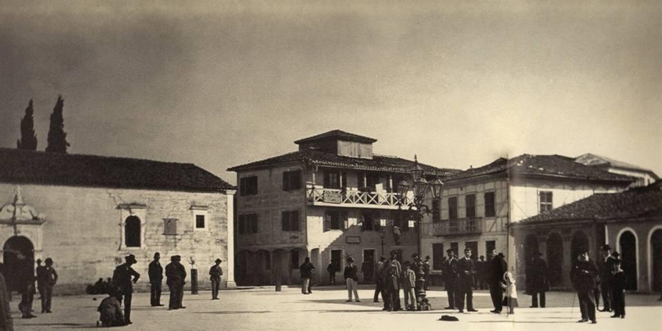 Η Πλατεία της Λευκάδας (ΒΔ) γωνία και ο Άγιος Σπυρίδωνας. Φωτογραφία του w. Dorpfeld. 1891