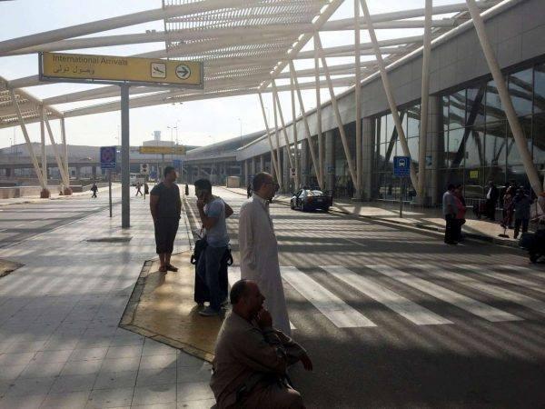 Από πολύ νωρίς το πρωί άρχισαν να συγκεντρώνονται άνθρωποι στο αεροδρόμιο του Καΐρου για να μάθουν τι συνέβη (Reuters)