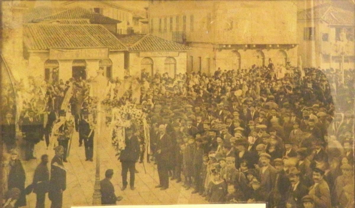 Πομπή κηδείας στην κεντρική πλατεία της Λευκάδας, 1927