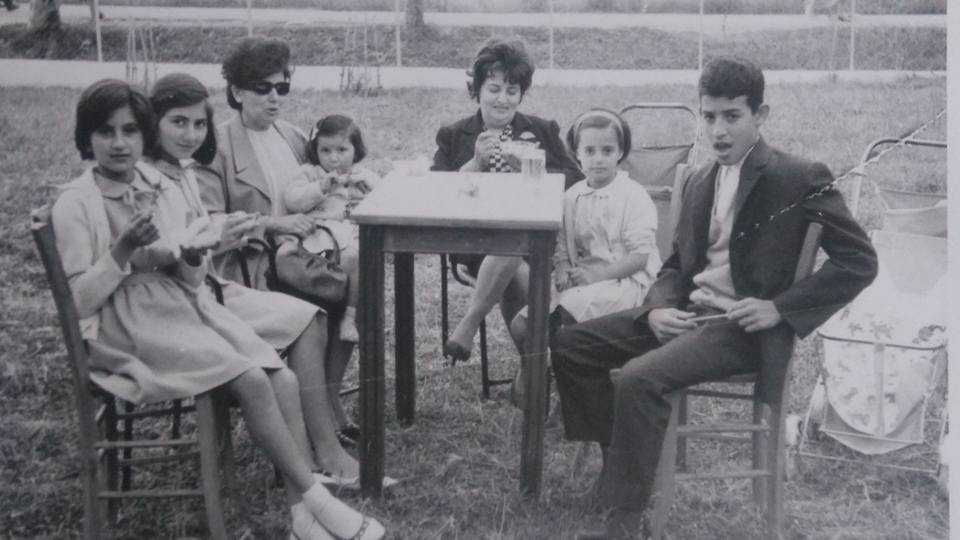Εικονίζονται από αριστερά: Κατερίνα και Βάσω Ζακυνθινού, Πόπη Ζακυνθινού με την Μίρκα αγκαλιά, Χρυσαυγή Μαυροκεφάλου με την η κόρη της Τασία Μαυροκεφάλου και το γιο της Μάκη Μαυροκέφαλο.