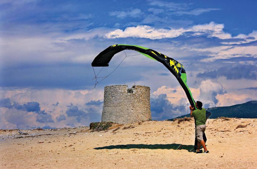 Οι παλιοί μυλωνάδες έδωσαν τη θέση τους στους σύγχρονους σέρφερ στην παραλία των Μύλων.