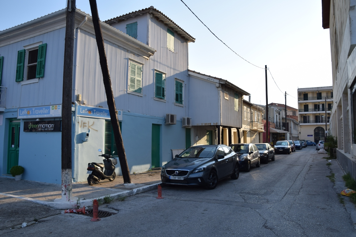 Όπως διαβάζουμε στο βιβλίο του Δήμου Μαλακάση: «Τα παλιά σπίτια της Λευκάδας», η οικία του Δημητρίου Τζεβελέκη μαζί με άλλα σπίτια του παραλιακού μετώπου της πόλης δεν υπάρχουν. Είναι εξαφανισμένα ή τα οικόπεδα τους είναι τεμαχισμένα. Ίσως το κτίριο Τζεβελέκη να βρίσκονταν στη θέση που είναι το γωνιακό κτίριο της σημερινής φωτογραφίας.