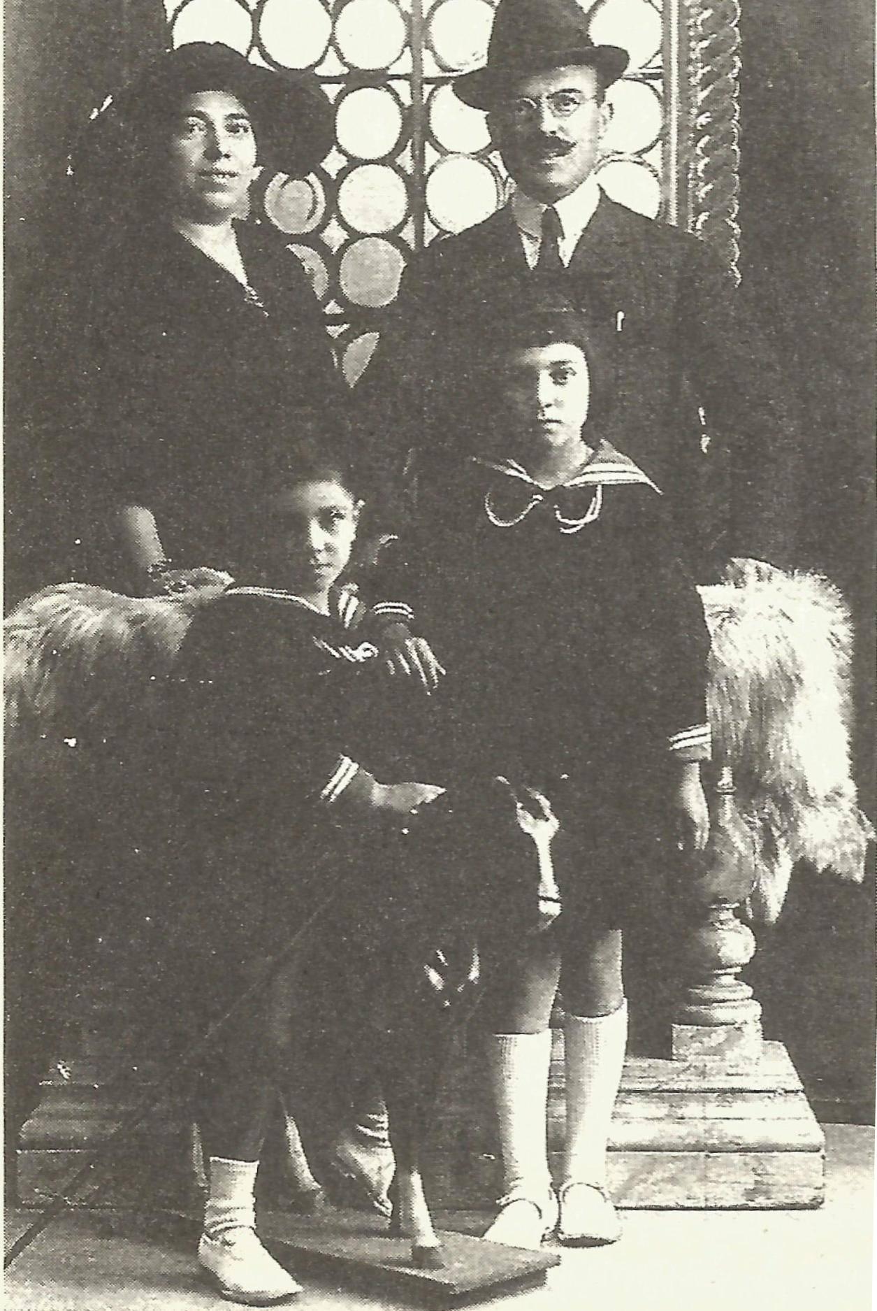 Ο Γρηγόριος Σταμπόγλης με τη σύζυγο του και τα δυο τους παιδιά.