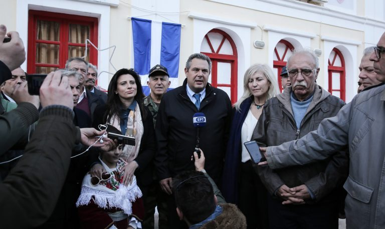 Εντάξει, οι Ελληνες δεν γονατίζουν ποτέ. Εκτός αν πρέπει να κρατήσουν το μικρόφωνο για να βγει το «ένδοξο πλάνο»