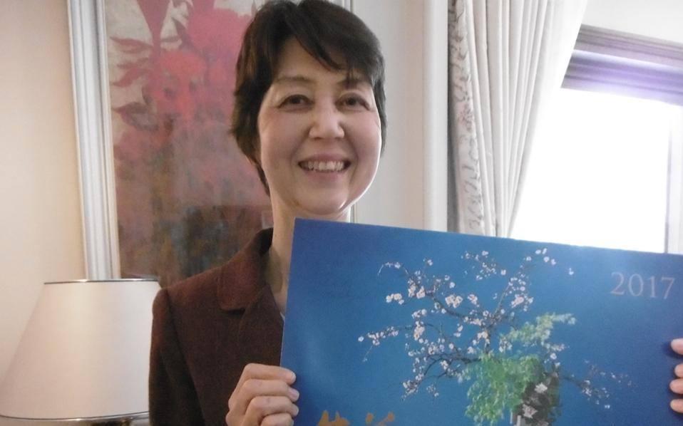 Η ευγενική κ. Kikuko Nishibayashi, σύζυγος του Ιάπωνος πρέσβη, παίζει πιάνο και στολίζει την οικία τους με δικές της συνθέσεις ΙΚΕΒΑΝΑ.