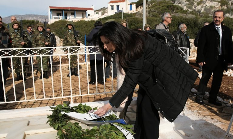 Η Νίνα Κασιμάτη δεν είχε δικό της στεφάνι να καταθέσει γιατί προφανώς δεν προβλεπόταν. Οπότε αρκέστηκε σε δυο λουλουδάκια για να βγει η φωτογραφία της «εθνικής κατάνυξης»